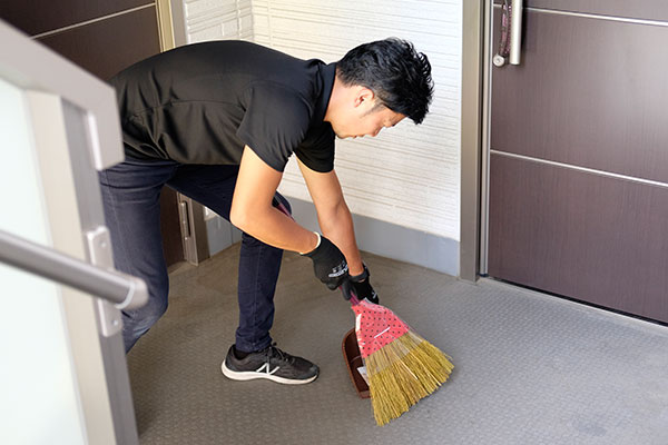 玄関前のお掃除